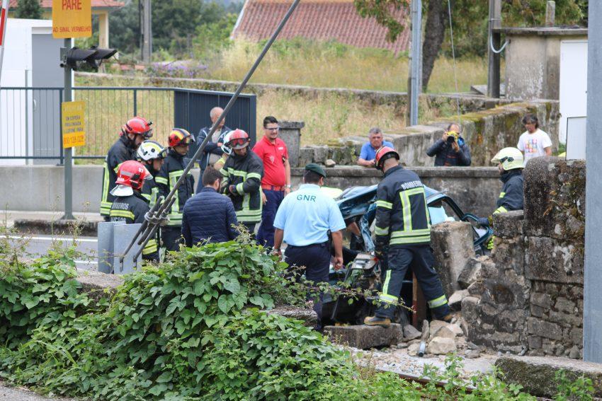 Imagens do acidente de colisão entre comboio e carro em Carapeços